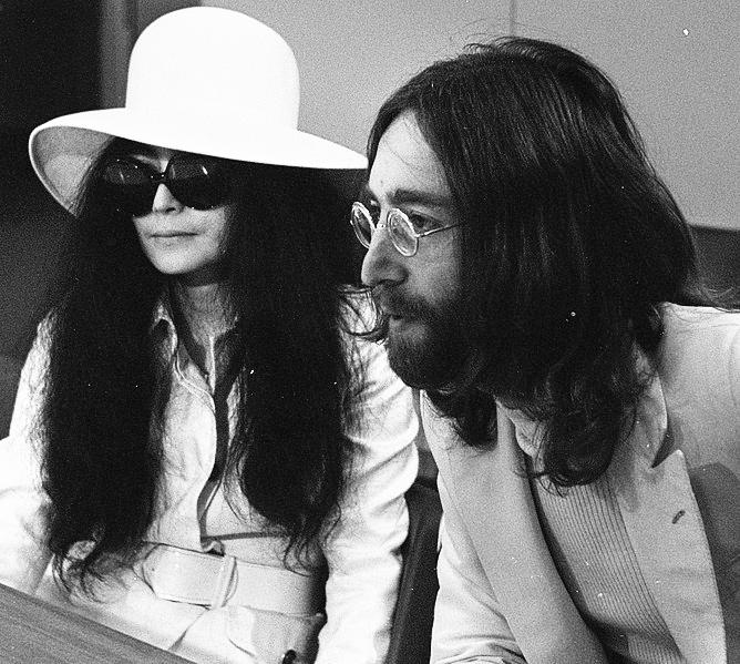 """John Lennon, spunta un video inedito mentre """"impazzisce"""" ascoltando Sympathy For The Devil dei Rolling Stones"""